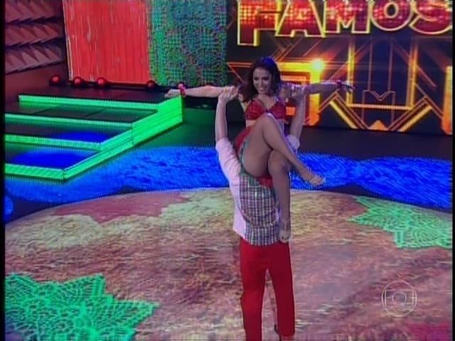 """Ao lado de Magno Dutra, Anitta dança forró ao som de """"Pisa no Fulô"""", de João do Vale."""