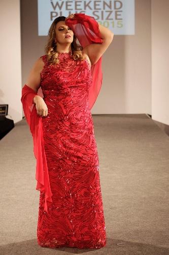"""Modelo desfila vestido vermelho com brilho desenhado pelo estilista Arthur Caliman, na 10ª edição do """"Fashion Weekend Plus Size - FWPS"""", maior evento de moda GG do país. As marcas apresentam suas coleções para o Verão 2015 com manequins que vão do 44 ao 56. O evento teve lugar no Centro de Convenções Frei Caneca, na noite de sábado (23), em São Paulo"""