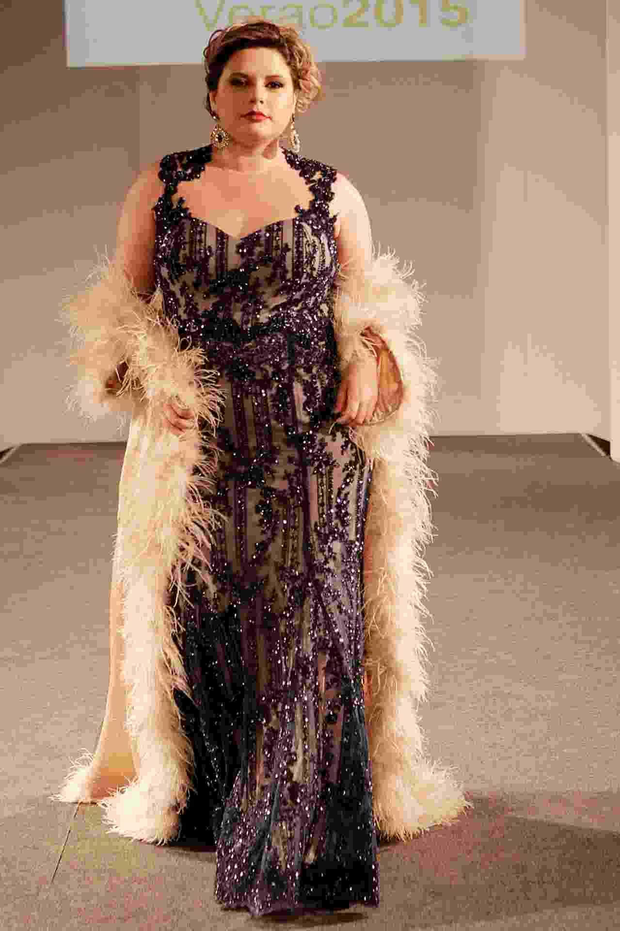 """Modelo desfila vestido bordado com contas e fundo nude desenhado pelo estilista Arthur Caliman, na 10ª edição do """"Fashion Weekend Plus Size - FWPS"""", maior evento de moda GG do país. As marcas apresentam suas coleções para o Verão 2015 com manequins que vão do 44 ao 56. O evento teve lugar no Centro de Convenções Frei Caneca, na noite de sábado (23), em São Paulo - Reinaldo Canato/ UOL"""