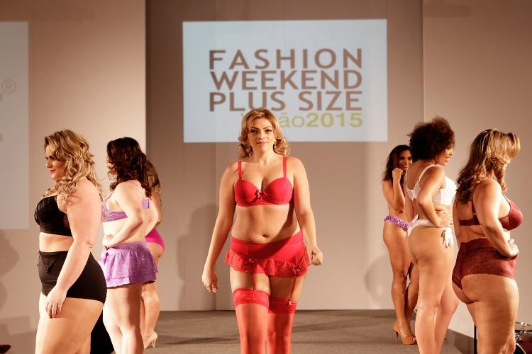 """Modelo desfila com cinta-liga da Vislumbre na 10ª edição do """"Fashion Weekend Plus Size - FWPS"""", maior evento de moda GG do país. As marcas apresentam suas coleções para o Verão 2015 com manequins que vão do 44 ao 56. O evento teve lugar no Centro de Convenções Frei Caneca, na noite de sábado (23), em São Paulo"""