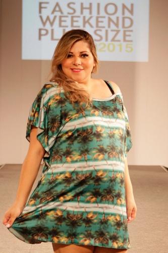 """Modelo desfila saída de praia estampada da Cachopa Brasil na 10ª edição do """"Fashion Weekend Plus Size - FWPS"""", maior evento de moda GG do país. As marcas apresentam suas coleções para o Verão 2015 com manequins que vão do 44 ao 56. O evento teve lugar no Centro de Convenções Frei Caneca, na noite de sábado (23), em São Paulo"""