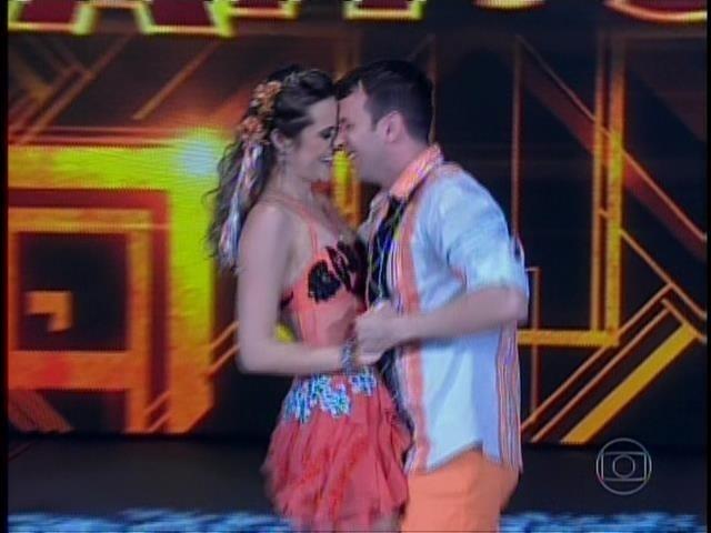 """Terceira dupla da noite, Juliana Paiva e Saulo Rangel arriscam os passos com """"Rinto à toa"""", do Falamansa"""