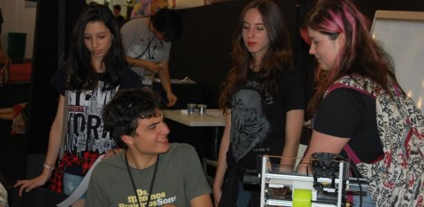 23.ago.2014 - João Montanaro participa de oficina de HQs na Bienal do Livro de São Paulo, enquanto é observado por um grupo de garotas adolescentes - Rodrigo Casarin/UOL