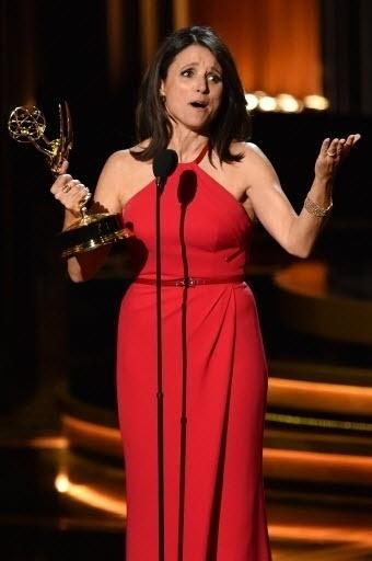 """25.ago.2014 - A atriz Julia Louis-Dreyfus recebe o prêmio por Melhor Atriz de Comédia pela série """"Veep"""""""