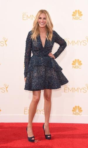 25.ago.2014 - Aos 46 anos, Julia Roberts exibiu as pernas torneadas no tapete vermelho do Emmy Awards