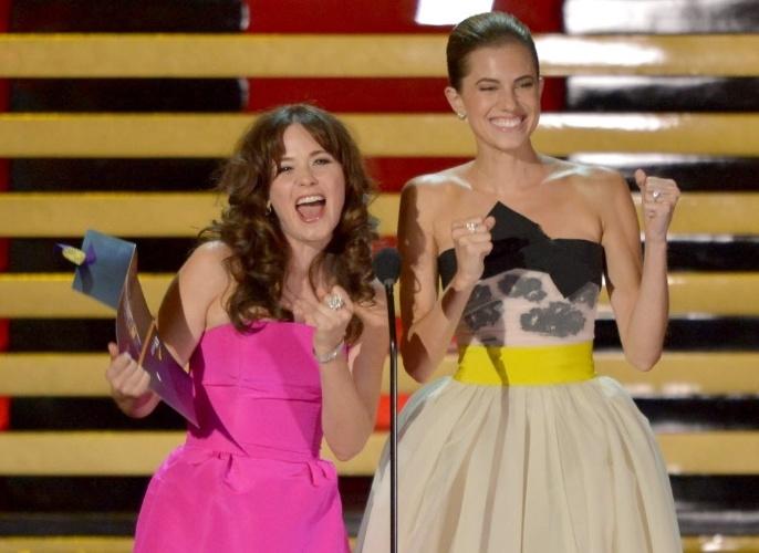 25.ago.2014 - As atrizes Zooey Deschanel e Allison Williams apresentam uma das categorias da 66ª edição do Emmy Awards
