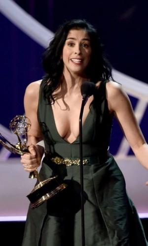 25.ago.2014 - Com decotão, a atriz e roteirista Sarah Silverman recebe o prêmio por Melhor Roteiro de Especial de Variedades