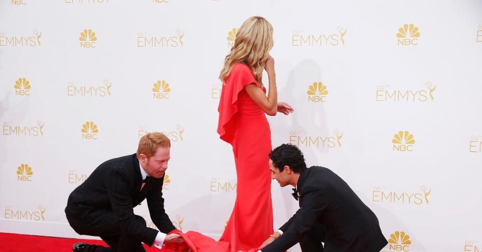 """25.ago.2014 - Jesse Tyler Ferguson, de """"Modern Family"""", e o estilista Zac Posen ajudam Heidi Klum no tapete vermelho da 66ª edição Emmy Awards"""