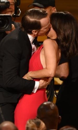 """25.ago.2014 - Julia Louis-Dreyfus ganha um beijão do ator Bryan Cranston ao ser anunciada como Melhor Atriz de Comédia pela série """"Veep"""