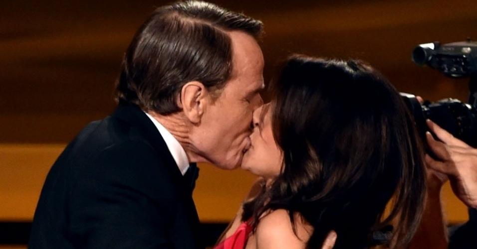"""25.ago.2014 - Julia Louis-Dreyfus ganha um beijão do ator Bryan Cranston ao ser anunciada como Melhor Atriz de Comédia pela série """"Veep"""""""