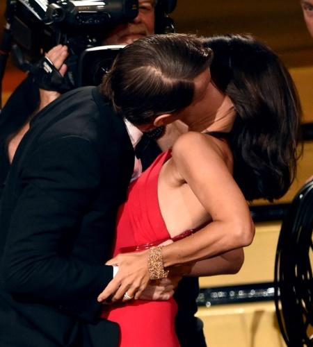 """25.ago.2014 - Julia Louis-Dreyfus ganha um beijão do ator Bryan Cranston ao ser anunciada como Melhor Atriz de Comédia pela série """"Veep""""."""