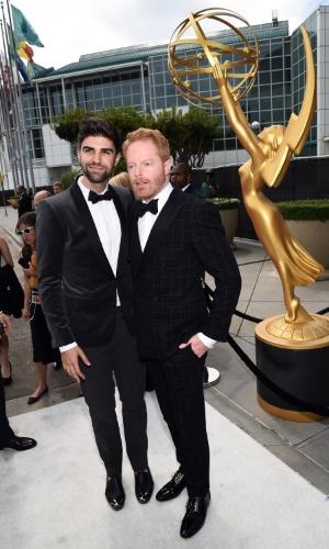 """25.ago.2014 - Justin Mikita e Jesse Tyler Ferguson prestigiam a 66ª edição do Emmy Awards. O evento acontece no Nokia Theatre, em Los Angeles. Jesse concorre ao prêmio de melhor ator coadjuvante por """"Modern Family"""""""