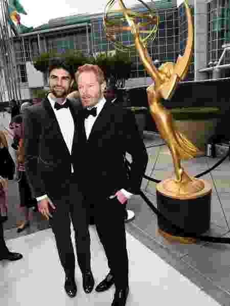 25.ago.2014 - Justin Mikita e Jesse Tyler Ferguson prestigiam a 66ª edição do Emmy Awards - Getty Images