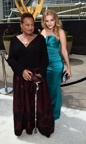 """25.ago.2014 -  Madeline Brewer e Michelle Hurst, de """"Orange Is The New Black"""", prestigiam a 66ª edição do Emmy Awards. O evento acontece no Nokia Theatre, em Los Angeles"""