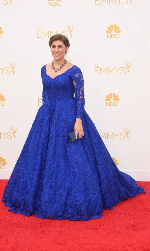 """25.ago.2014 - Usando longo azul, Mayim Bialik, de """"The Big Bang Theory"""", prestigia a 66ª edição do Emmy Awards. O evento acontece no Nokia Theatre, em Los Angeles. Ela concorre ao prêmio de melhor atriz coadjuvante por série cômica"""