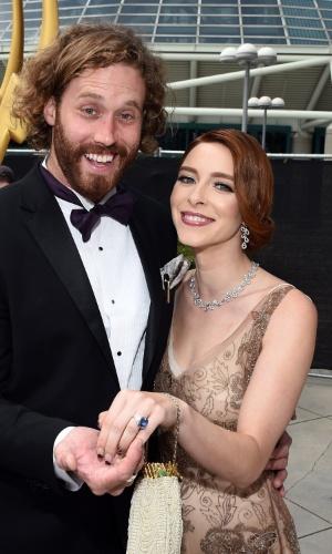 25.ago.2014 - Miller e Kate Gorney prestigiam a 66ª edição do Emmy Awards. O evento acontece no Nokia Theatre, em Los Angeles