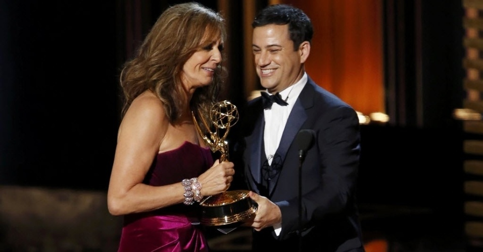 """25.ago.2014 - O comediante Jimmy Kimmel entrega o prêmio para a atriz Allison Janney, que vence na categoria Melhor Ator Coadjuvante de Comédia por """"Mom"""""""