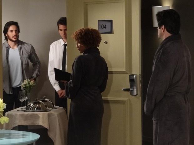 Herval flagra Jonas com Verônica no mesmo quarto