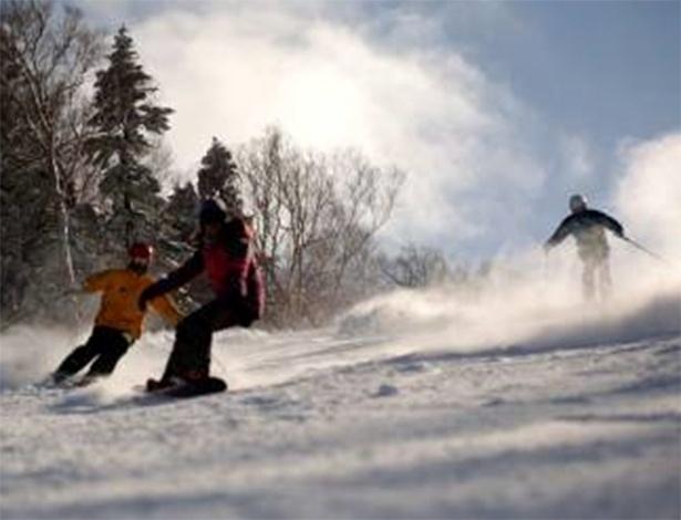 """TERÇA-FEIRA - """"Melhores Resorts de Inverno"""" mostra Raquel Iendrick e Marcos Batista, o snowboarder número um do Brasil, conhecendo resorts luxuosos no Japão. O país tem mais de 500 resorts destinados à prática do esporte. O programa vai ao ar às 20h30 no canal OFF"""
