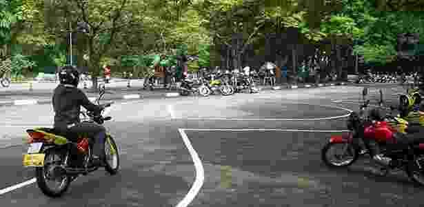 Moto-escolas ensinam motociclistas a passar na prova, e não a pilotar - Divulgação - Divulgação