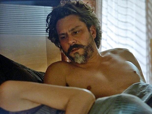 Zé Alfredo encontra Maria Marta em sua cama e fica revoltado