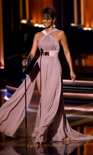 25.ago.2014 - A atriz Halle Berry entrega um dos premio na 66ª edição do Emmy Awards