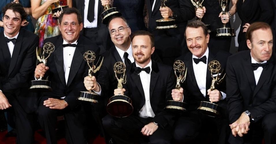 """25.ago.2014 - Bryan Cranston, Aaron Paul e outros atores de """"Breaking Bad"""" posam com o Emmy conquistado por Melhor Série Dramática"""