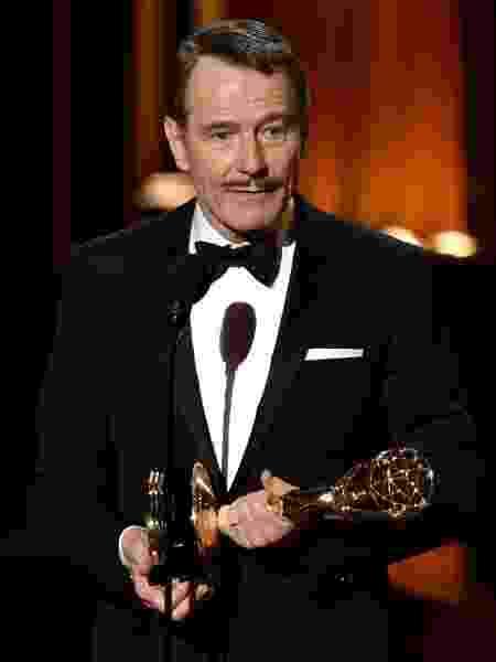 """25.ago.2014 - Bryan Cranston vence o Emmy por Melhor Ator em Série Dramática por """"Breaking Bad"""" - Kevin Winter/AFP"""