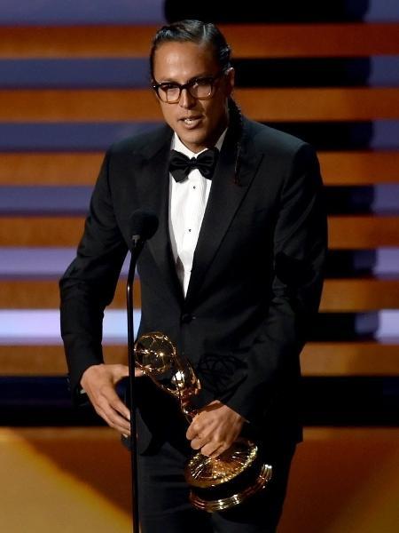 """25.ago.2014 - Cary Joji Fukunaga recebe o Emmy por Melhor Diretor de Série Dramática por """"True Detective"""" - Kevin Winter/AFP"""