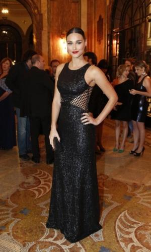 25.ago.2014 - Deborah Nascimento chama atenção em um vestido longo preto com transparência. A atriz está acompanhada do namorado, o ator José Loreto