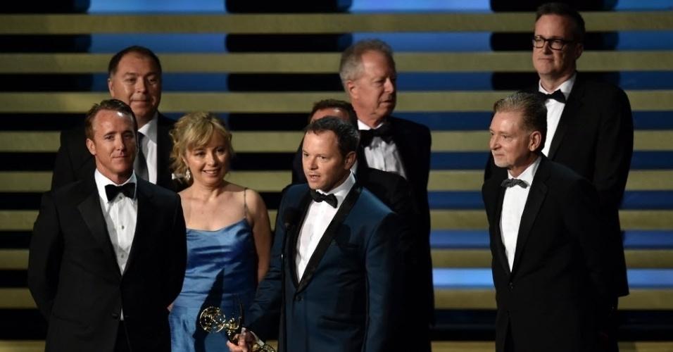 """25.ago.2014 - Equipe e atores de """"Fargo"""" recebem o prêmio por Emmy por Melhor Minissérie"""