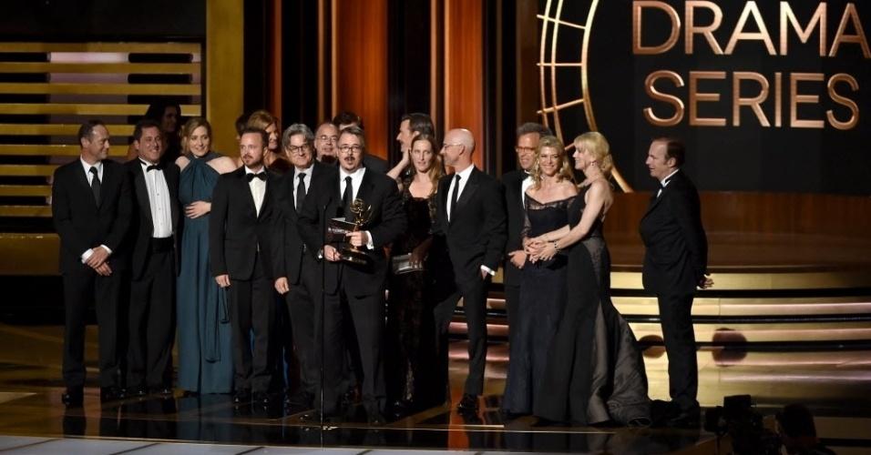 """25.ago.2014 - Equipe e atores recebem o prêmio de Melhor Série Dramática por """"Breaking Bad"""""""
