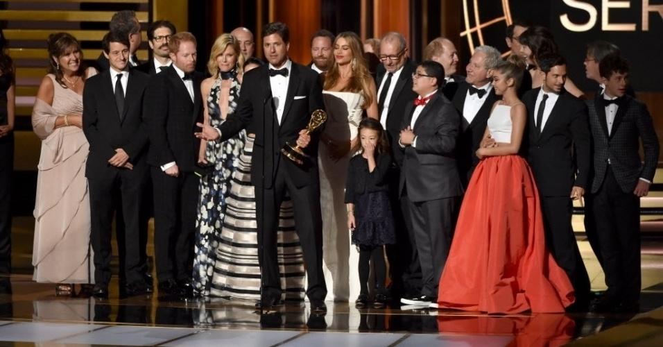 """25.ago.2014 - Equipe e atores recebem o prêmmio por """"Modern Family"""", que vence na categoria Melhor Série de Comédia"""