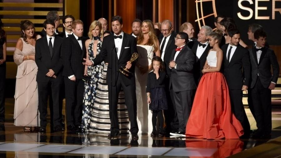 """25.ago.2014 - Equipe e atores recebem o prêmmio por """"Modern Family"""", que vence na categoria Melhor Série de Comédia - Kevin Winter/AFP"""