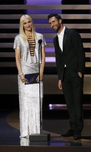 """25.ago.2014 - Gwen Stefani e Adam Levine, jurados do """"The Voice"""" americano, entregam um dos prêmios da noite"""