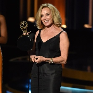 """Jessica Lange recebe Emmy por """"American Horror Story"""" em 2014 - Kevin Winter/AFP"""