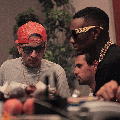 """25.ago.2014 - MC Guimê postou uma foto ao lado do rapper americano Soulja Boy em seu Instagram. """"Relaxando com eu irmão"""", escreveu ele"""