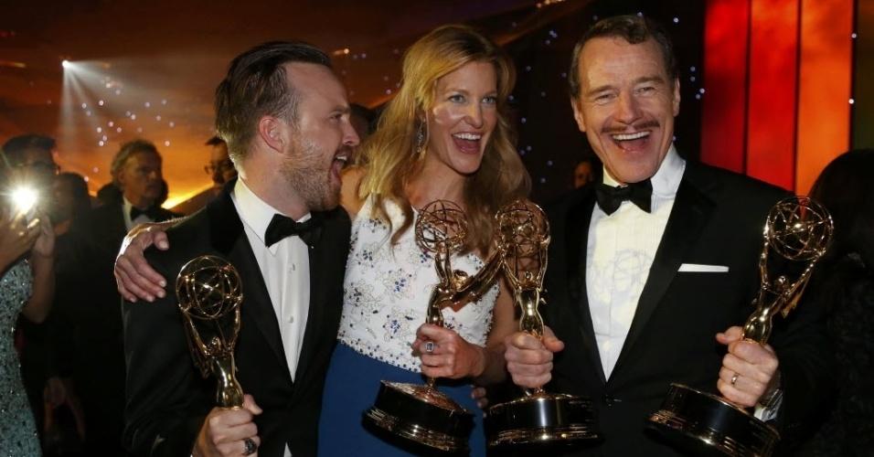 """25.ago.2014 - Os atores Aaron Paul, Anna Gunn e Bryan Cranston, premiados por """"Breaking Bad"""", comemoram o Emmy após a premiação"""