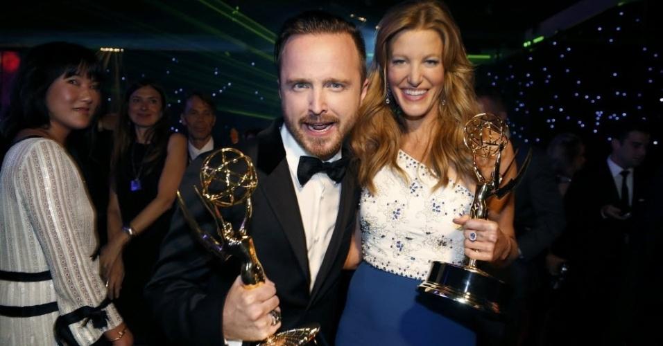 """25.ago.2014 - Os atores Aaron Paul e Anna Gunn, premiados por """"Breaking Bad"""", curtem juntos a festa do Emmy após a premmiação"""