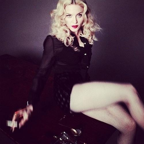 Abr.2014 - Madonna posta foto com as pernas de fora, aos 54 anos