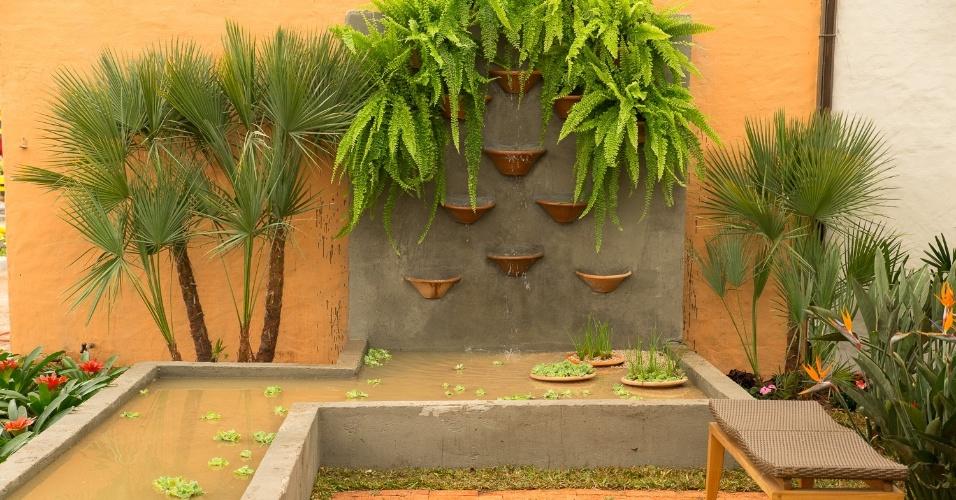 Se no seu jardim você deseja ter uma fonte, uma boa inspiração é o cantinho criado pela arquiteta e paisagista Raquel Alves para a Mostra de Paisagismo da Expoflora (2014). No ambiente, a cascata é antecedida por um