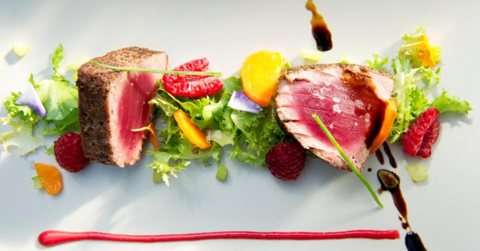 Filé de atum com crosta de pimenta e mostarda de framboesas preparado pelo chef Massimo Riccioli