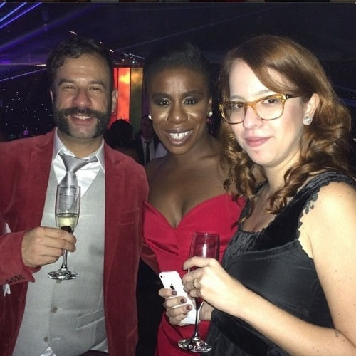 "James Cimino com Uzo Aduba, a ""Crazy Eyes"" da série ""Orange is The New Black"" nos bastidores do ""Emmy 2014"", em Los Angeles, nos Estados Unidos"