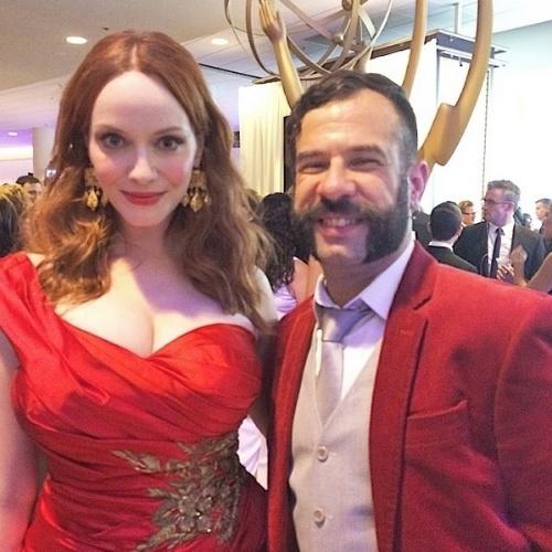 """James Cimino, repórter do UOL, posa com Christina Hendricks, de """"Mad Men"""", e brinca com seus looks no Instagram: """"Vermelho: a cor das divas!""""."""