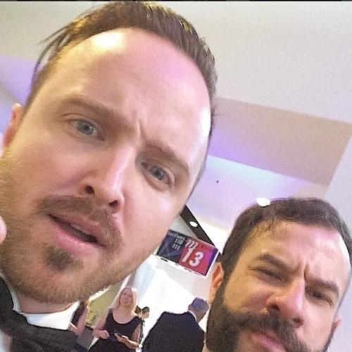 """James Cimino, repórter do UOL, faz foto descontraída com Aaron Paul, que ganhou o prêmio de Melhor Ator Coadjuvante em Série Dramática por seu trabalho em """"Breaking Bad"""", nos bastidores do Emmy 2014"""