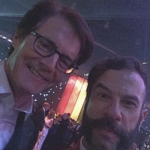 James Cimino, repórter do UOL, faz selfie com o ator Kyle MacLachlan nos bastidores do Emmy 2014, em Los Angeles, nos Estados Unidos