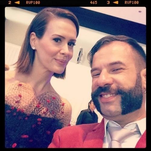 """James Cimino, repórter do UOL, posa sorridente para foto com a atriz Sarah Paulson, de """"American Horror Story"""", nos bastidores do Emmy 2014, em Los Angeles, Estados Unidos"""