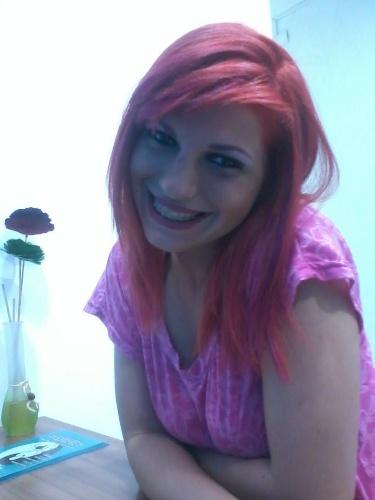 De cabelo vermelho, MC Lady Gaga sorri para foto e chama seus fãs de ladyers