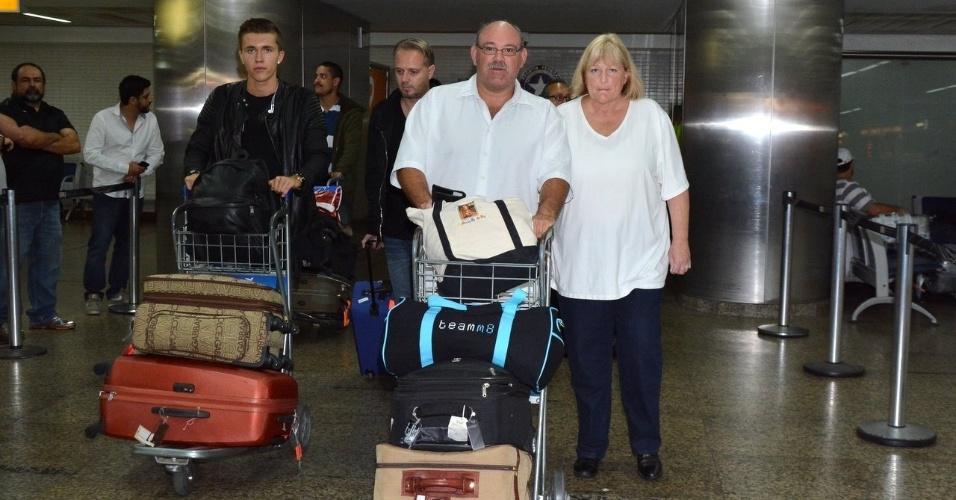 Mulher de Michael Jackson desembarca com o cantor Ian Thomas no Brasil