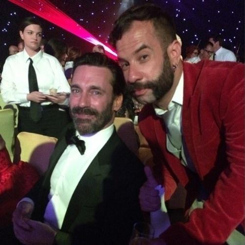 """Repórter James Cimino, do UOL, faz selfie com o ator Jon Hamm, protagonista de """"Mad Men"""", nos bastidores do Emmy 2014, o Oscar da TV. James cobriu a premiação em Los Angeles, nos Estados Unidos, a convite da Turner Network"""